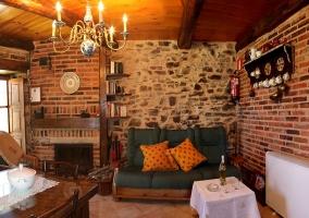 Cocina y mesa con mantel