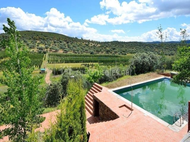 Alojamiento las tres jotas en herrera del duque badajoz for Casas rurales en badajoz con piscina