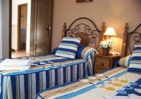 Habitación con ropa de cama estampada