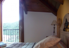 Habitación con techo abuhardillado