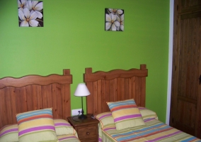 Dormitorio con pared frontal en color verde