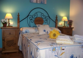 Dormitorio con mesillas de noche