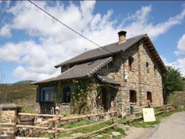 Amplias vistas de la casa en piedra