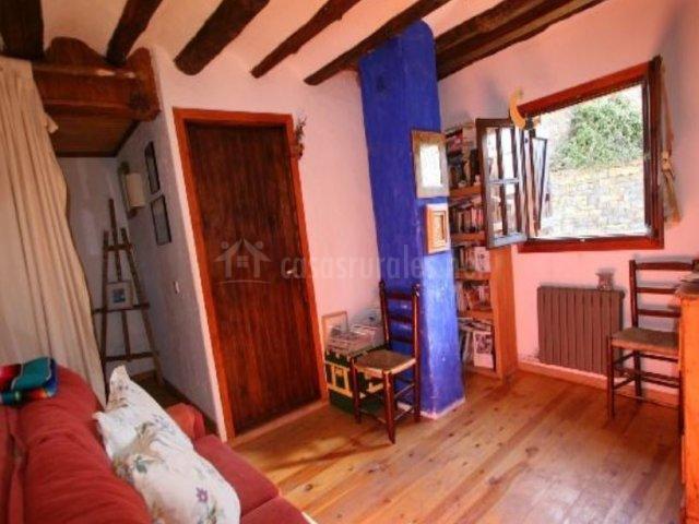 Sala de estar con ventanas y buenas vistas