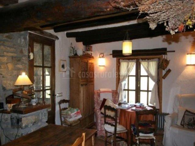 Sala de estar con detalles en madera