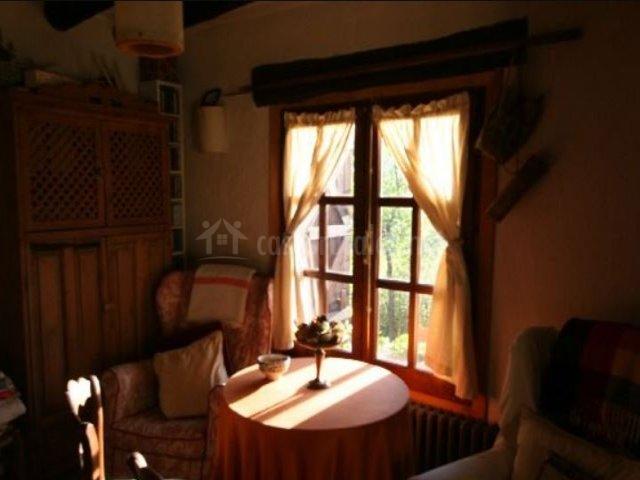 Sala de estar con sillones tapizados y ventana