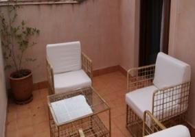 Patio exterior con muebles blancos