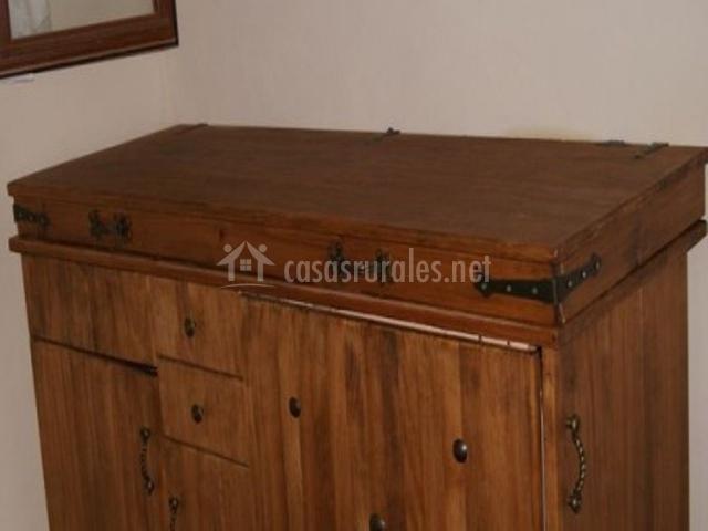Mueble con varios cajones y puertas