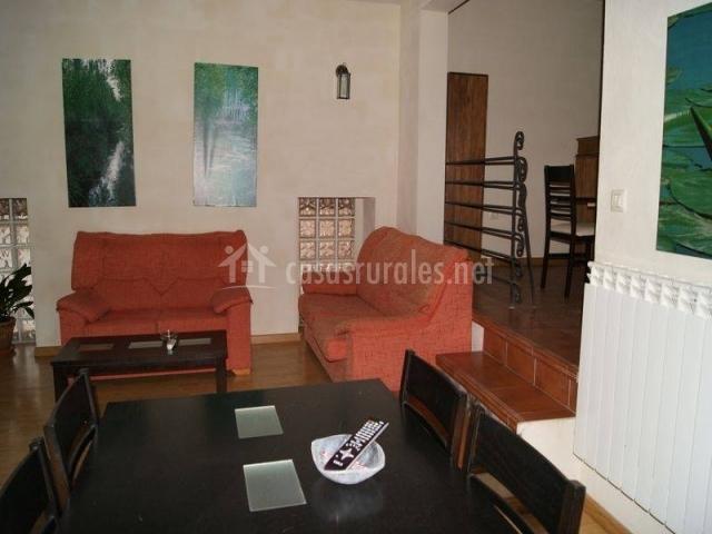 Sala de estar y comedor con dos sillones grandes
