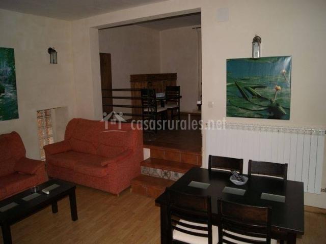 Sala de estar y comedor y acceso a nivel superior