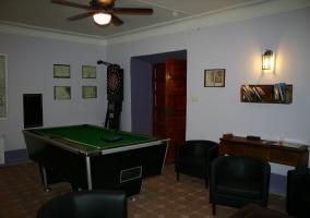 Sala de juegos con billar
