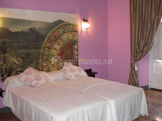 Dormitorio rosa con dos camas