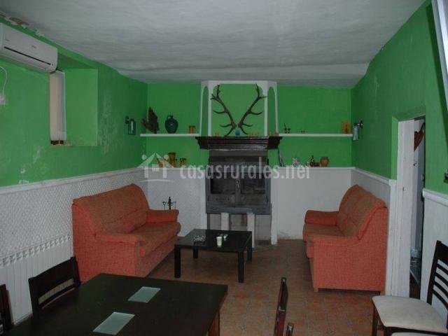 Sala de estar con chimenea y mesa grande