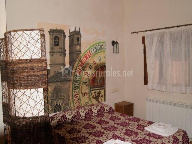 Dormitorio doble con mural en la pared