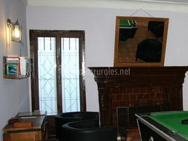 Sala de juegos con chimenea de adorno