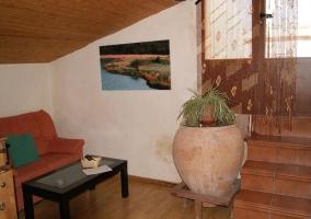 Sala de estar con techo abuhardillado