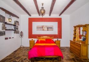 Dormitorio con mueble de madera