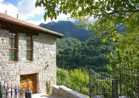 Camino de piedras y casa rural