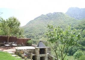 Casa de piedra y árboles