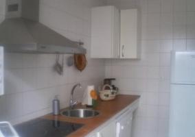 Cocina en madera y tonos blancos con encimera