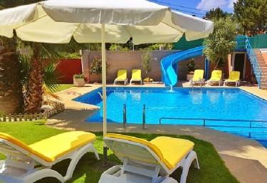 Casas rurales con piscina en noalla sanxenxo for Complejo rural con piscina