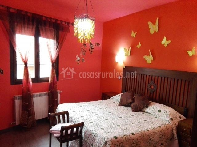 Dormitorio con decoración