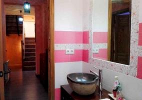 Aseo con paredes blancas y rosas