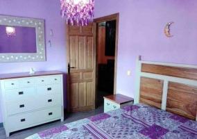 Dormitorio morado de la casa