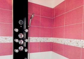 Ducha de hidromasaje en aseo rosa