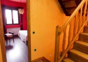 Entrada a dormitorio y escaleras