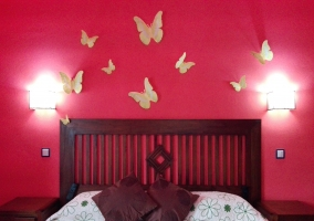 Dormitorio con mariposas decorativas