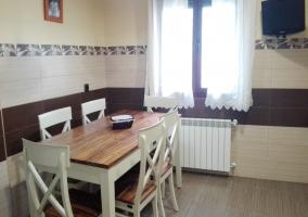 Mesa de comedor frente a la cocina