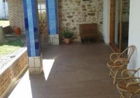 Terraza de la vivienda con mobiliario de jardín