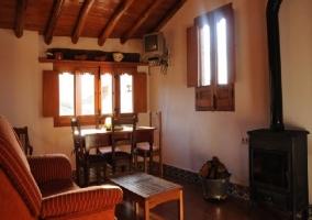 Agradable salón con chimenea