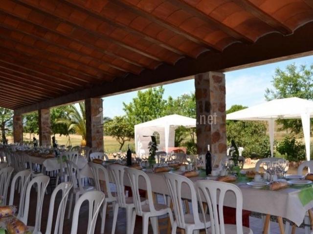 Vistas del porche con mesas