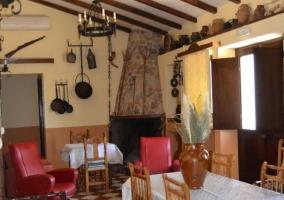 Sala de estar con chimenea y mesa