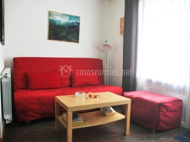 Apartamento corona cuco en comillas cantabria - Salon con sofa rojo ...