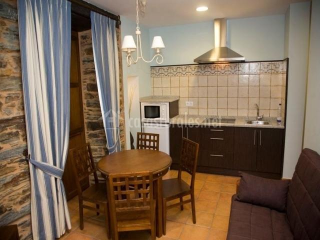 Apartamentos a estaci n mina villaodrid en a pontenova for Cocina y bano juntos