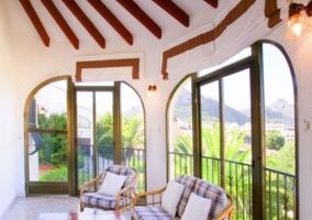 Sala de estar con ventanales