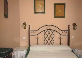 Dormitorio de matrimonio con colcha en blanco