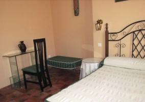 Dormitorio con mesilla