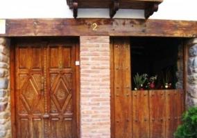Detalle de la doble puerta con macetas