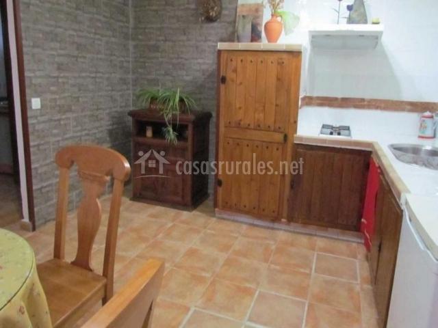 Cocina con muebles de madera comunicada con el comedor