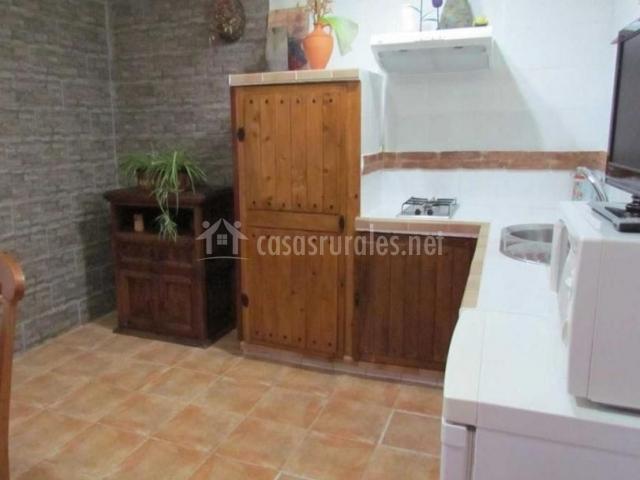 Cocina con muebles de madera totalmente equipada