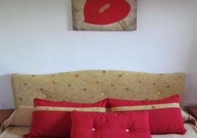 Dormitorio con cama de matrimonio y cojines en rojo