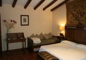 Dormitorio doble con cabecero de madera y telar