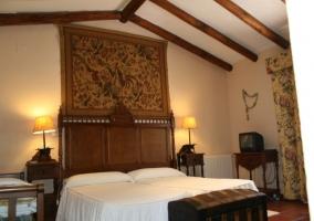 Dormitorio doble con techos y cabeceros de madera