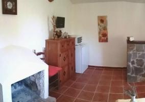 Sala de estar con chimenea y entrada a dependencias