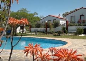 Exteriores de la casa con piscina y parque