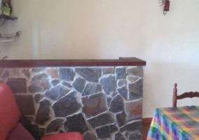Sala con mesa grande y estufa negra